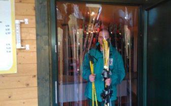 Przykład zastosowania osłony w wypożyczalni nart. Osłona chroni przed podmuchami zimnego powietrza oraz ucieczką ciepła z pomieszczenia.